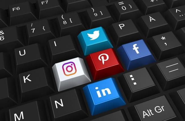 Guia de uso das redes sociais para faculdades